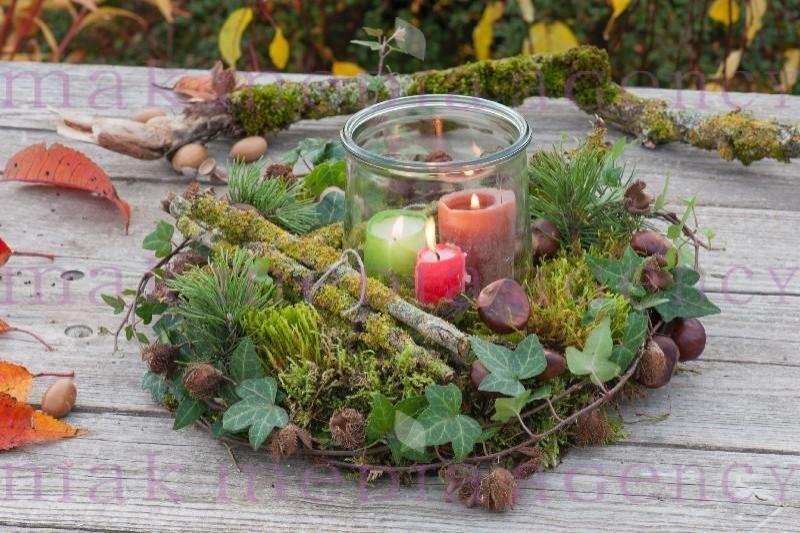 Floristische Dekorationen Mit Fundstuecken Aus Dem Herbstwald Waldkranz Aus Moos Zweigen Hedera Efeu Pinus Herbst Dekoration Herbstdeko Herbstkranze