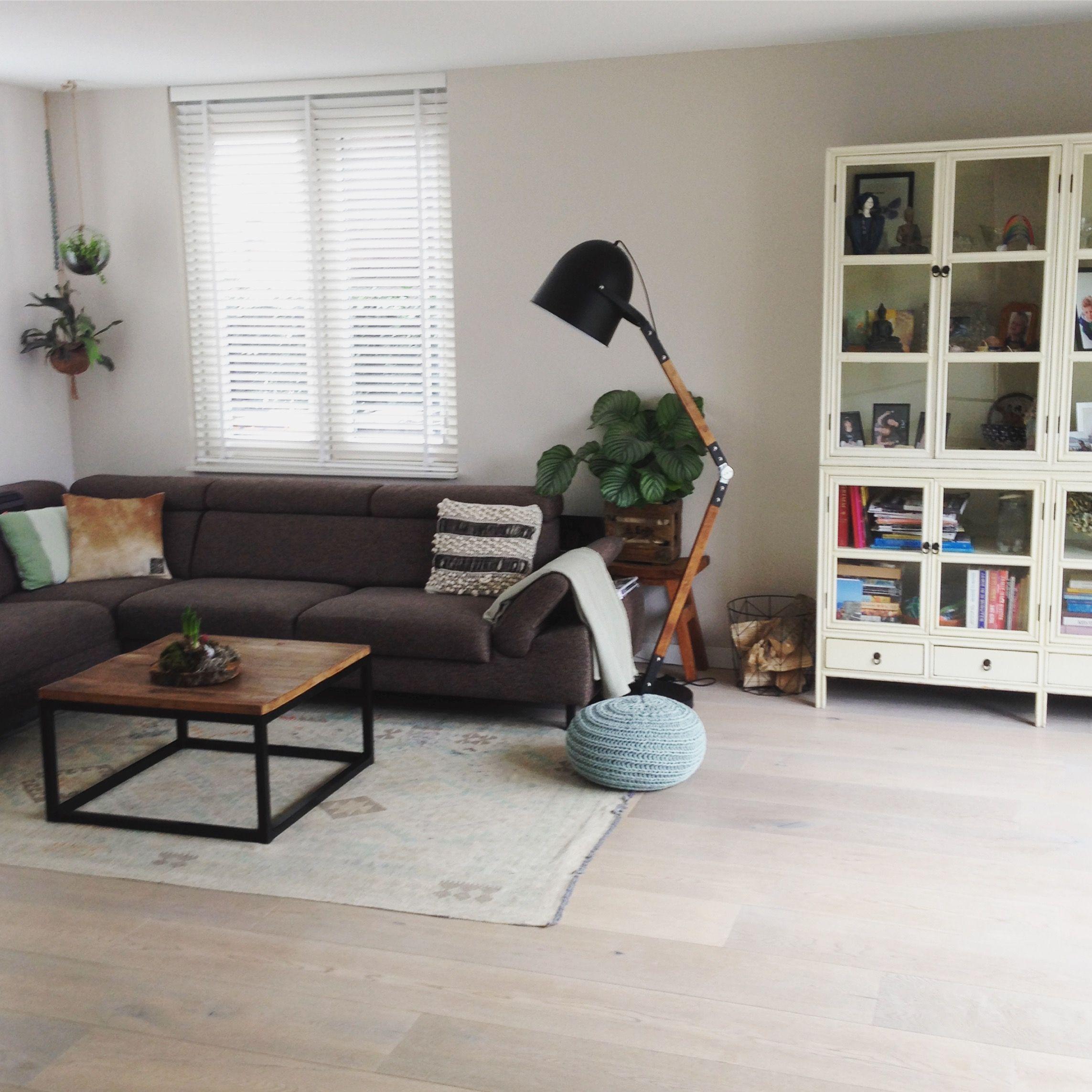 Livingroom Woonkamer Met Bruine Hoekbank Kelim Hangplanten En Industriele Tafel En Lamp Woonkamer Inspiratie Industriele Tafel Woonkamer