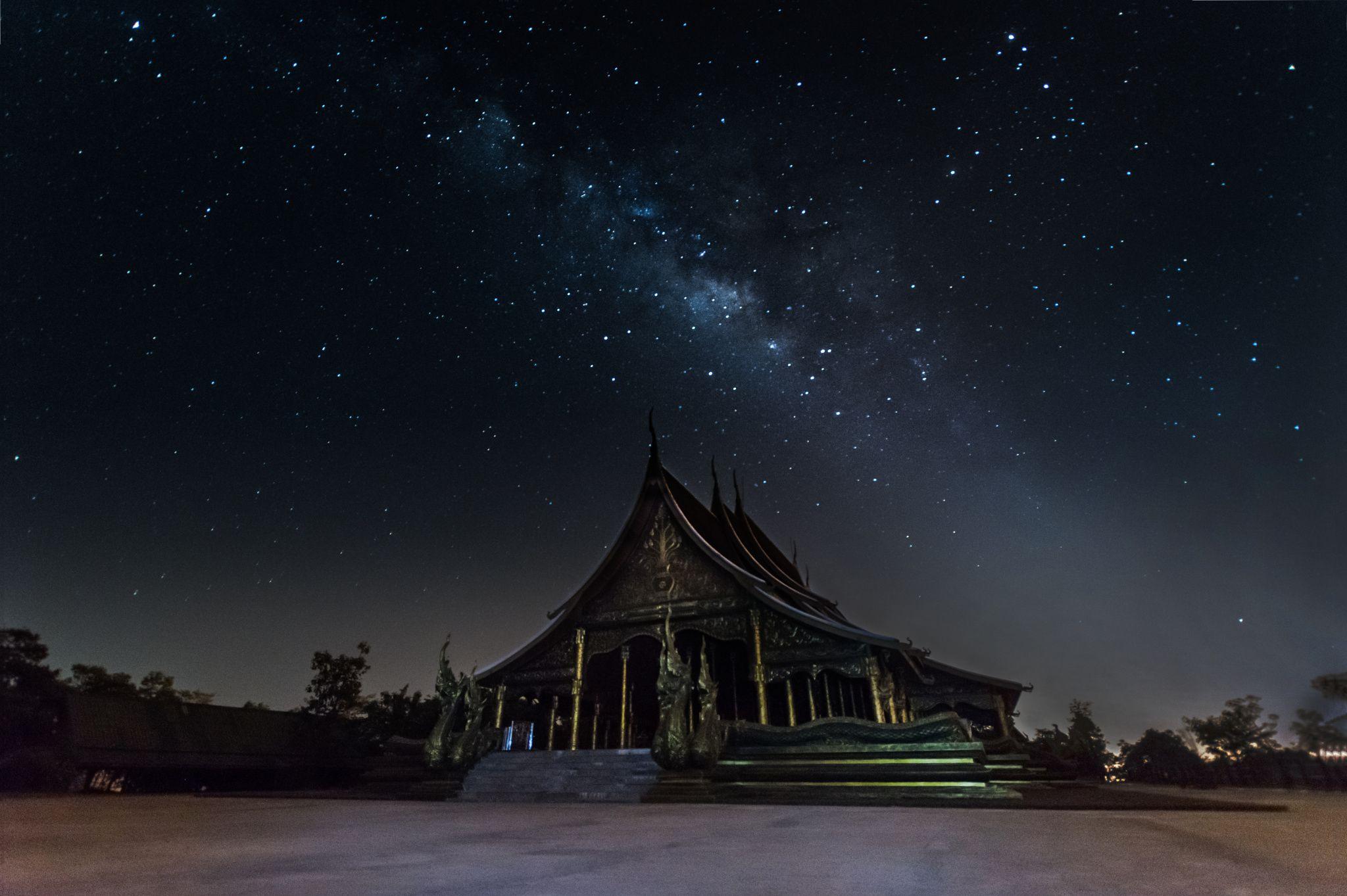 วัดสิรินธรวรารามภูพร้าว - Milky Way across the temple at Ubon Ratchathani, Thailand