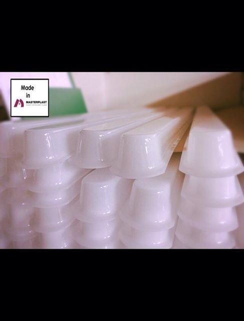 Masterplastissa tyhjiömuovattu akryylista valojen suojia. Vacuum formed acrylic covers for lightning.