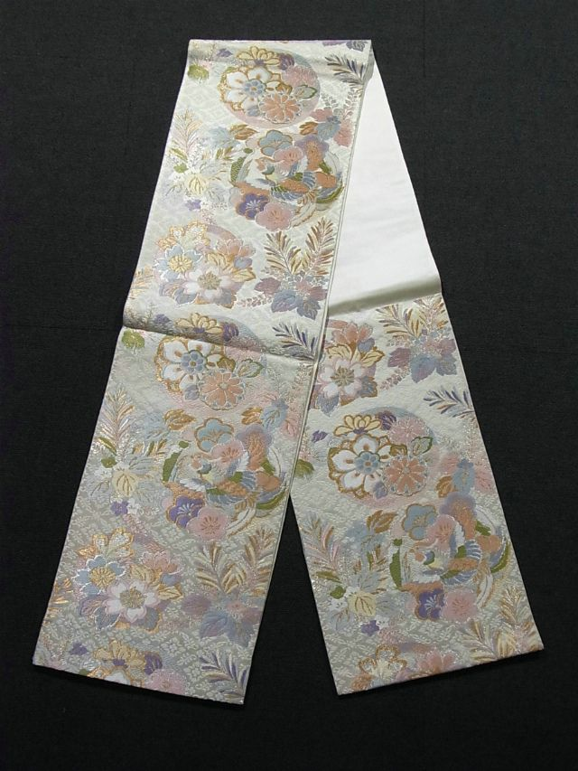 This is a graceful Fukuro obi with flower and bird on circle pattern, which is woven colorfully. There are houou(phoenix), 'kiri'(paulownia), 'ume'(Japanese plum), 'sakura'(cherry blossom) and so on
