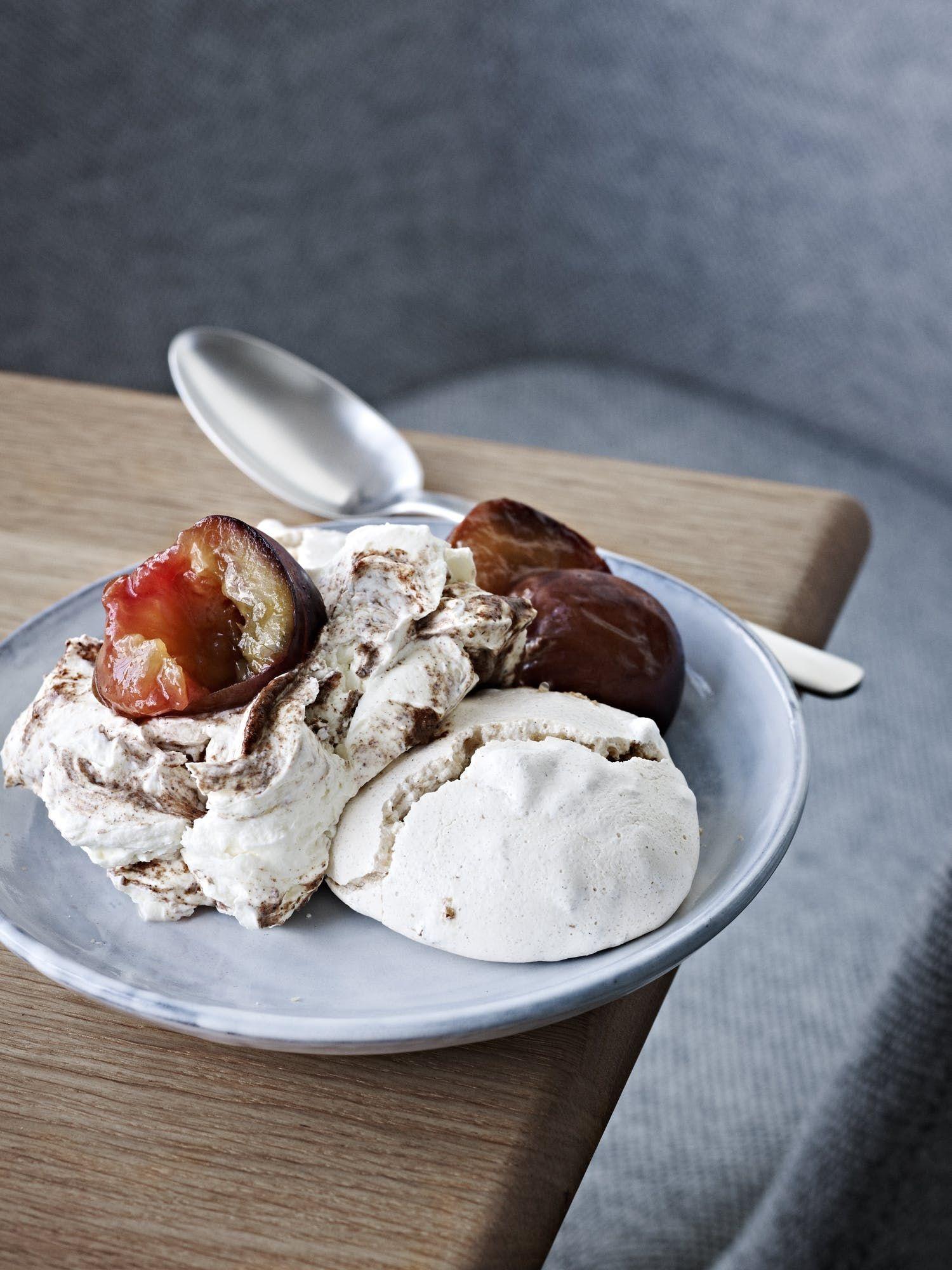 Valnoddemarengs Med Syltede Blommer Og Kanel Mascarpone Laekre Desserter Madopskrifter Dessert