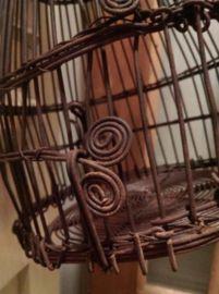 Oude metalen vogelkooien met groot schuifhek en mooie ornamenten  40 cm hoog incl haak en 20 cm rond