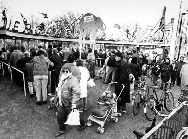 Op 7 december 1990 mocht iedereen voor een rijksdaalder Diergaarde Blijdorp binnen. Op de foto zie je rijen wachtenden voor de ingang aan de Van Aerssenlaan.