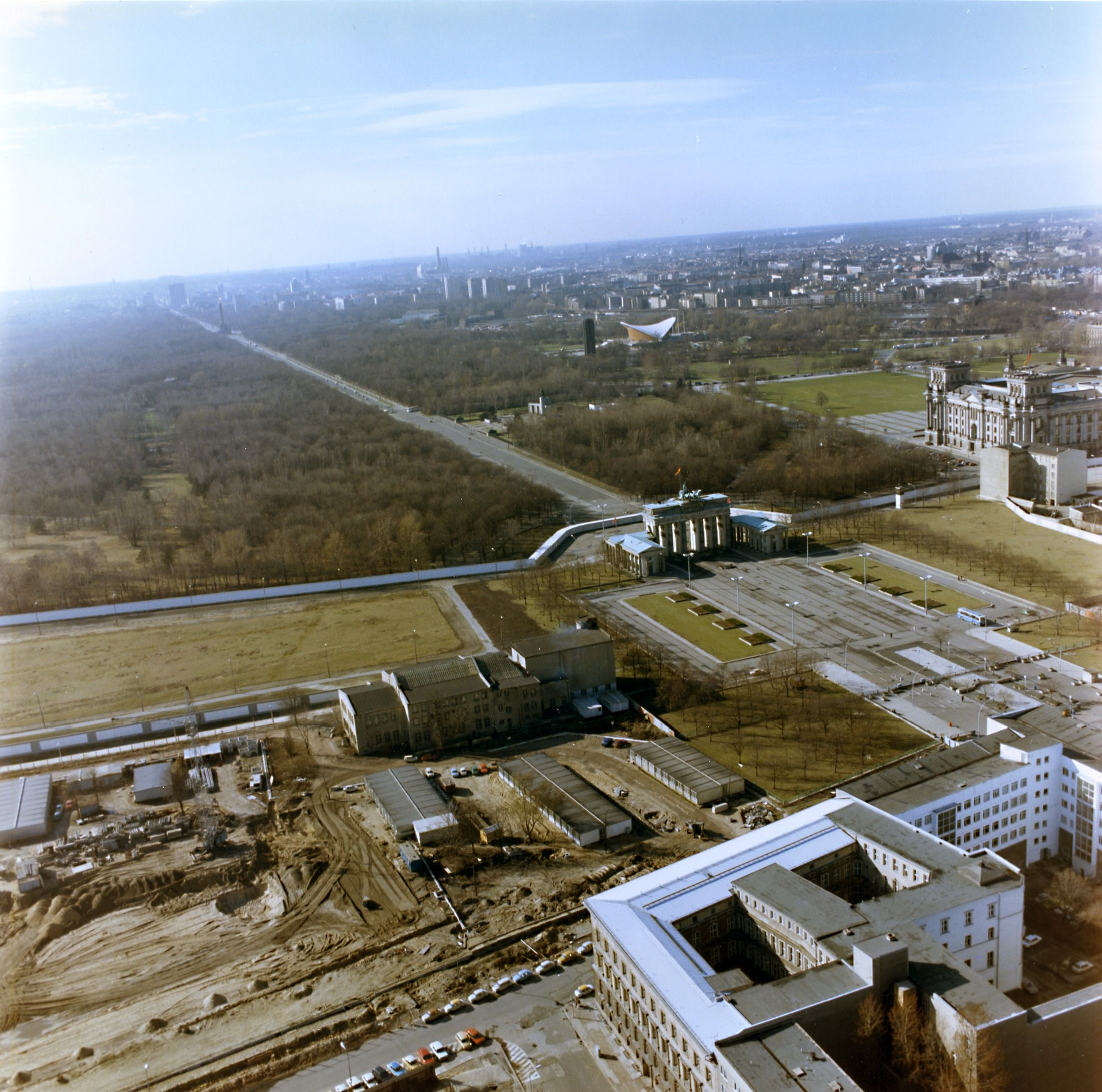 Luftbildaufnahmen Der Berliner Mauer Am Brandenburger Tor Und Am Reichstag Berliner Mauer Berlin Berlin Stadt