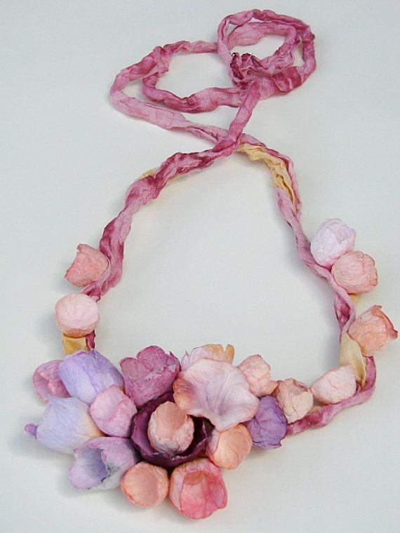 Collar de lino con flores de papel. Rosa por AlessandraFabre