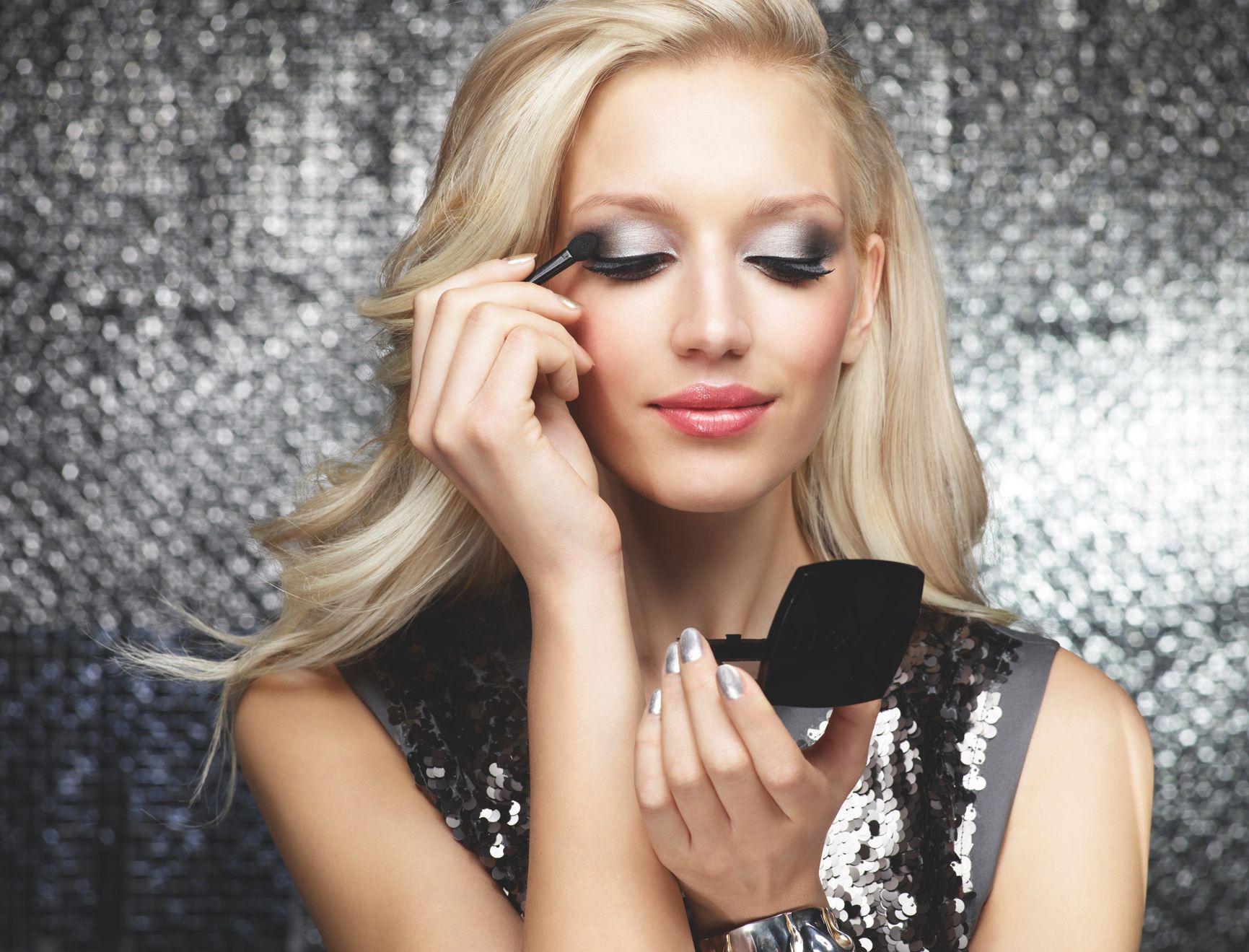 Hopean ja mustan sävyinen juhlameikki #Avon True Color -luomiväriduolla Spacey Silver. Silver and black #party #makeup with Avon True Color #eyeshadow duo in Spacey Silver.