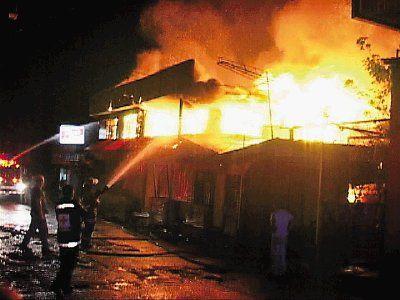 Incendian hotel y bar en San José