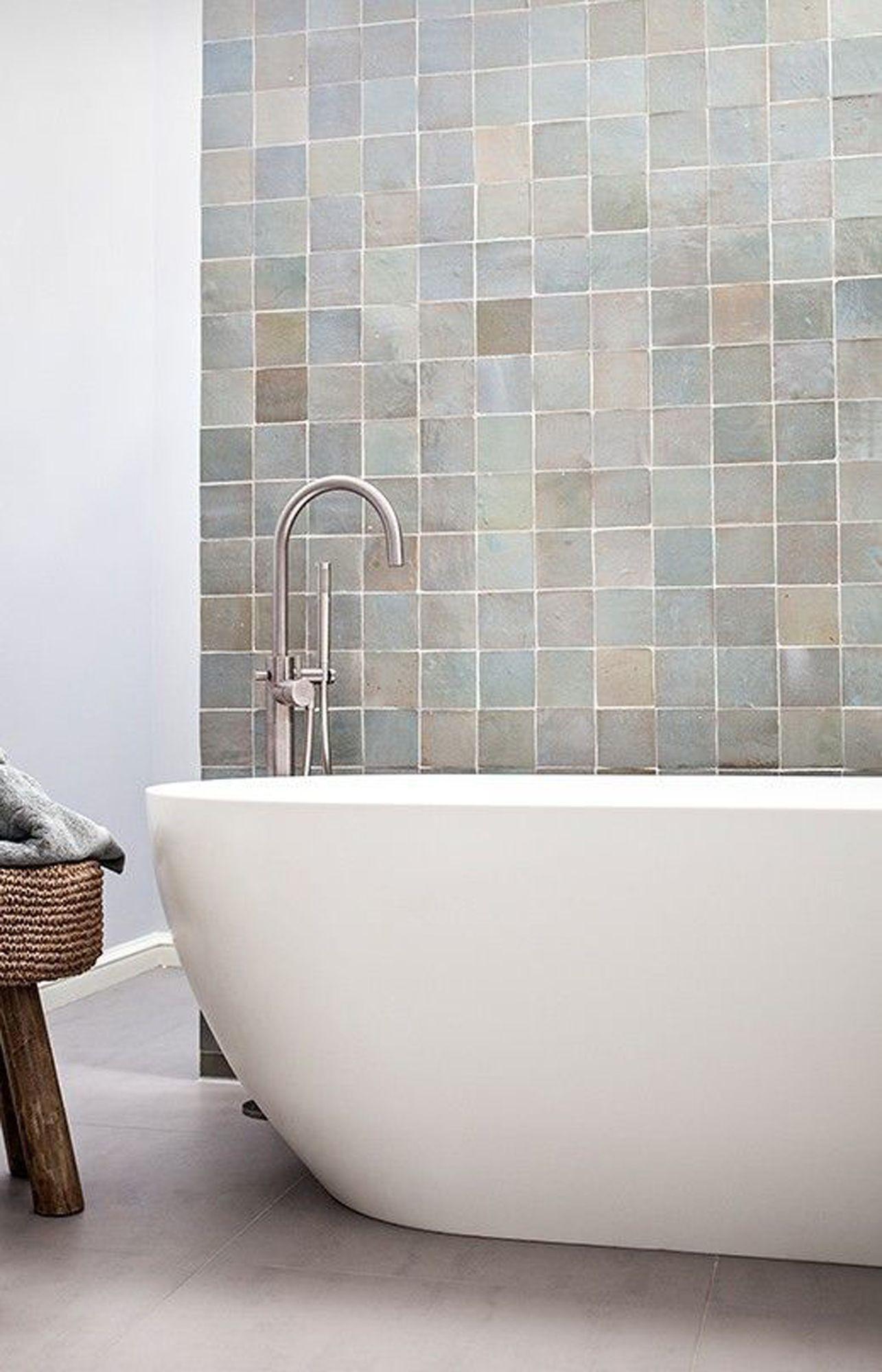 Moderne jaren 30 badkamer inspiratie met vrijstaand bad en zelliges #badkamerinspiratie