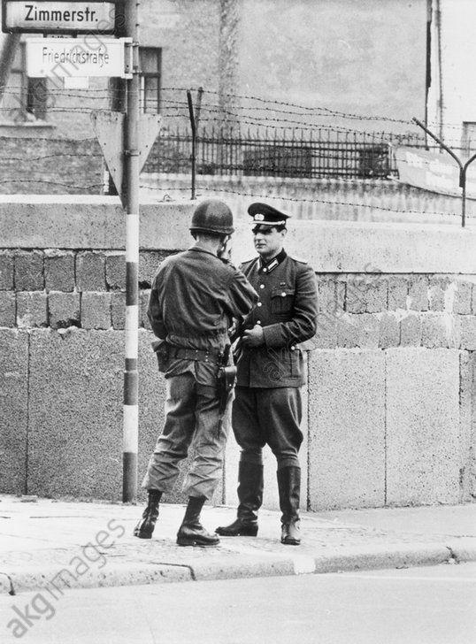 83e22267280 Ein Leutnant der DDR-Grenztruppen und der US-Armee stehen sich am  Grenzstreifen (weiße Linie) in der Friedrichstraße gegenüber. Oktober 1961.