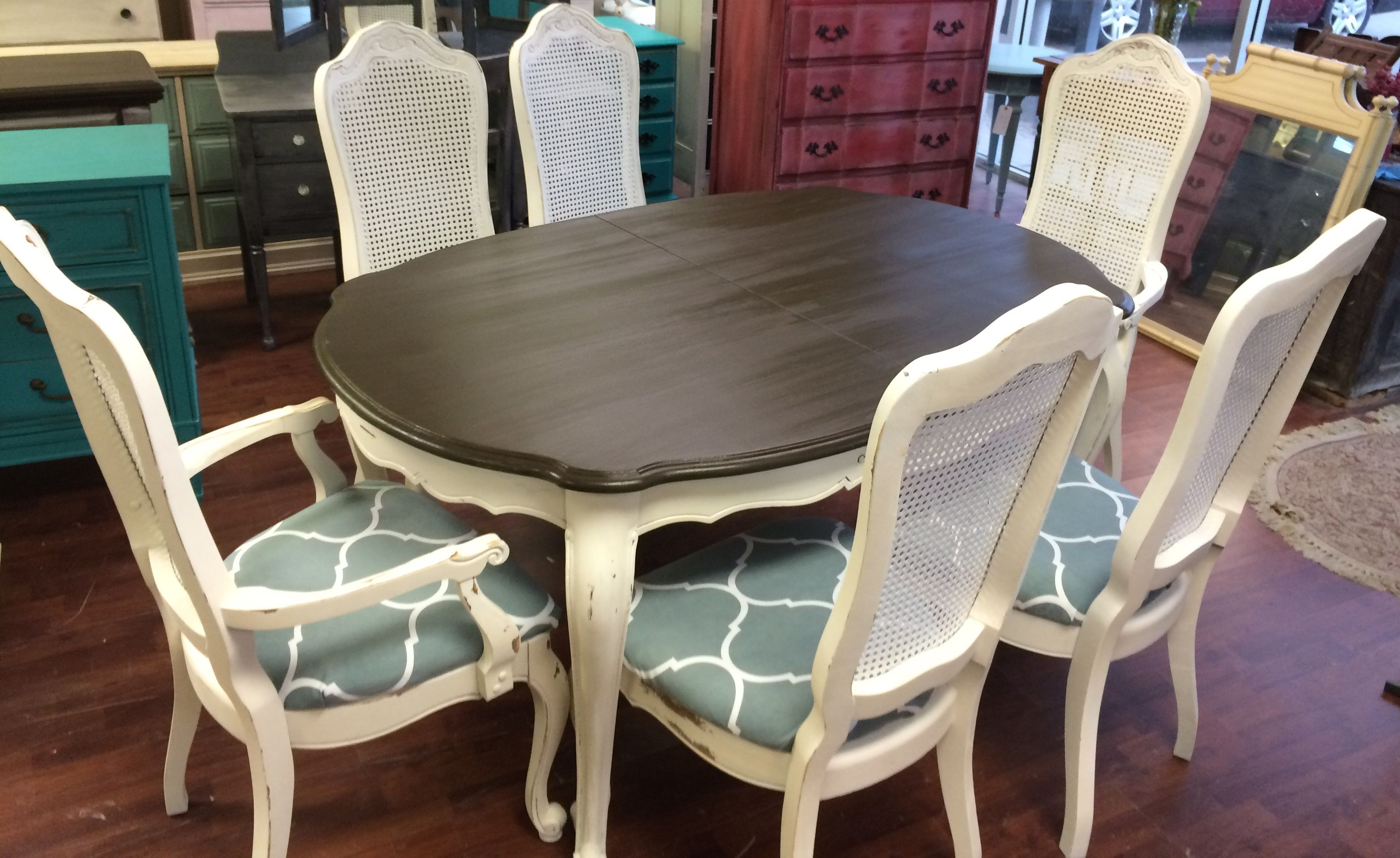 Here Is Another Super Cute French Dining Room Set It Has 2 Captain S Chairs And 4 Regular Chairs Dining Room French Shabby Chic Dining Kitchen Table Settings