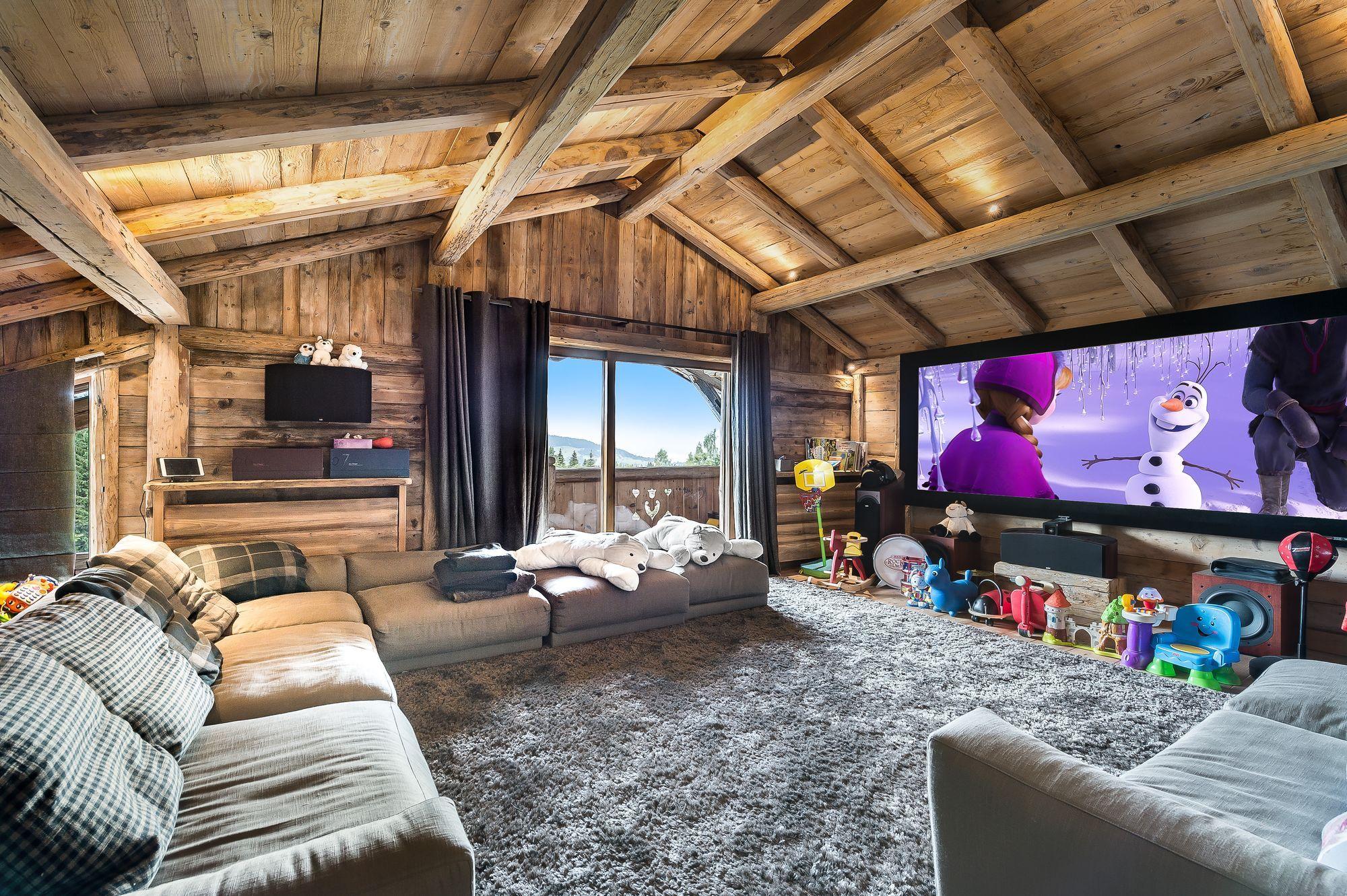 Salle de jeux du Chalet L'Impasse à Megève. en 2020 | Salle de cinéma maison, Design de chambre ...