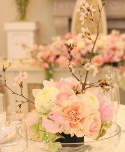 結婚式 春のおしゃれなテーブルコーディネート 装花集 ウェディング Naver まとめ Wedding Centerpieces Flower Arrangements Sakura Wedding