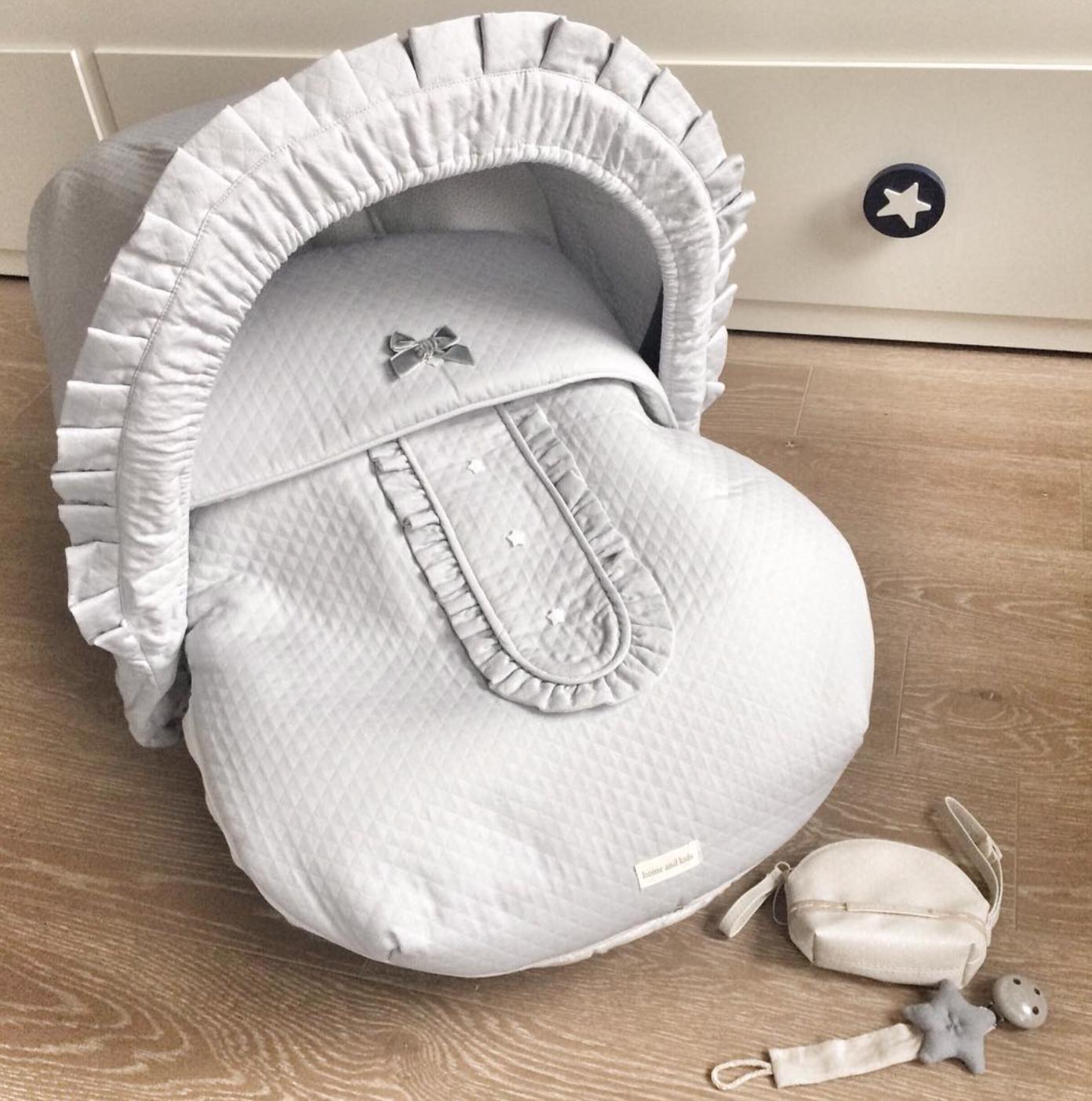 Details Machen Den Unterschied Das Modell Cozy Bow Steckt Voller Liebevoller Details Wie Die Kleinen Sternche Baby Accessoires Gepunkteter Stoff Babymode
