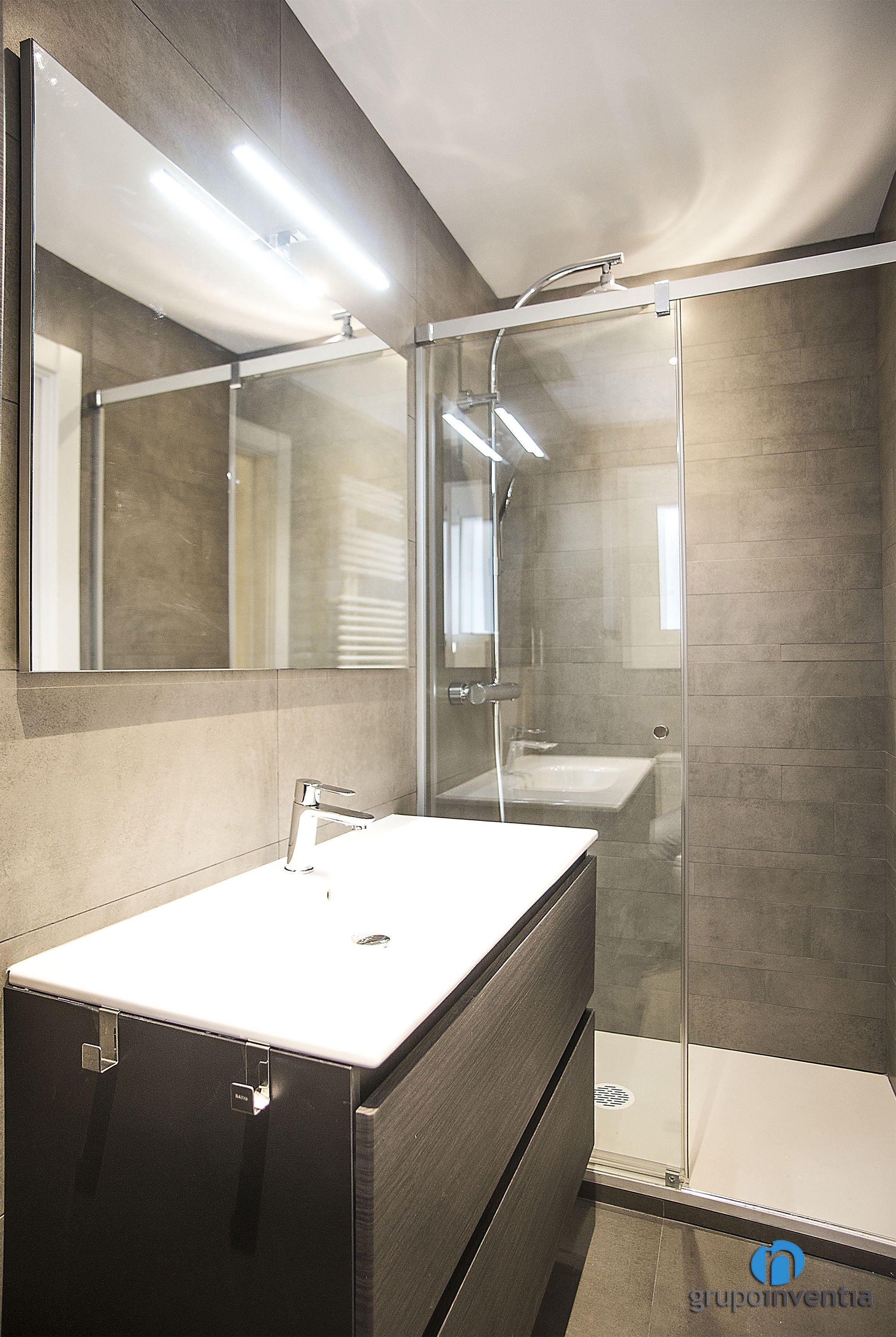 El cuarto de baño cuenta con una ducha protegida por ...