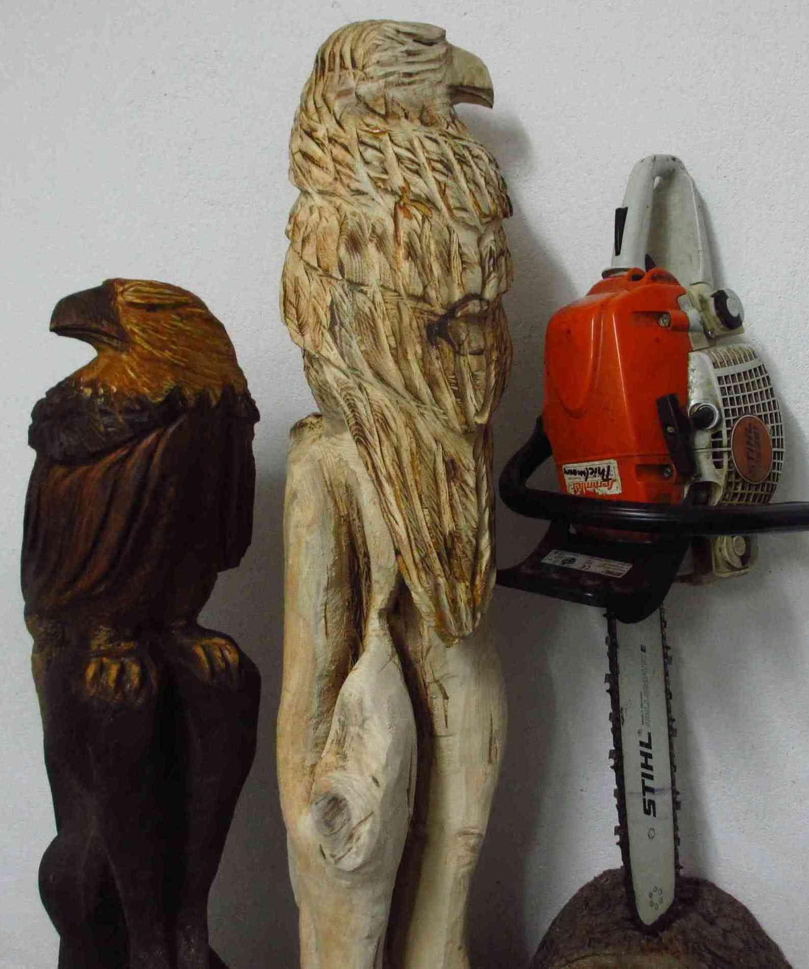 adler aus holz mit der motorsäge geschnitzt.   chainsaw woodcarving
