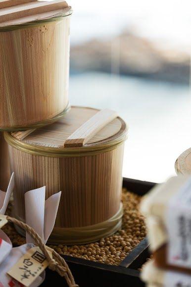 【村民食堂】味噌樽展示.jpg を表示しています