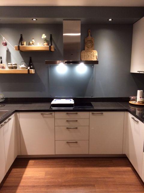 Glasplaat Voor Aan De Muur.Lekker Koken In Een Sfeervolle Keuken De Grijze Achterwand