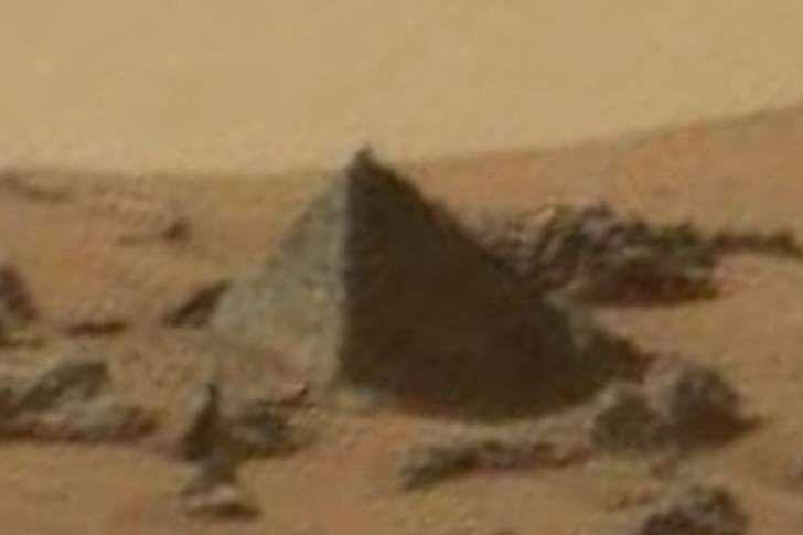Source : Paris Match Crédit photo : NASA Les pyramides se multiplient dans la Système Solaire. Après celle (plus conique que pyramidale) de la planète naine Cérès révélée par la sonde Dawn, c'est au tour de Mars d'exhiber son monument égyptien photographié...