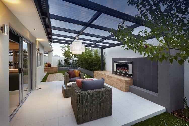 Weiße terrassenfliesen und kaminwand in grau   plexiglas ...