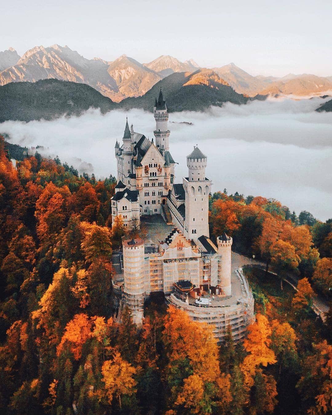 Rising Above The Clouds Neuschwanstein Castle Could Be Straight Out Of A Fairytale Autumn Is Just Arou Deutschland Burgen Reiseziele Wunderschone Reiseziele