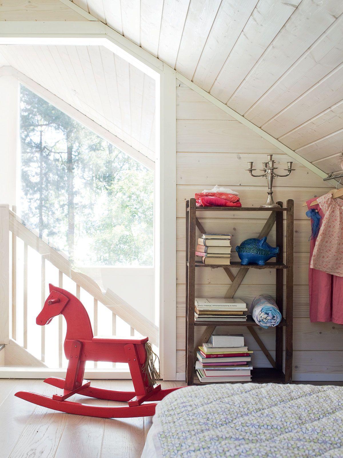 Liisa lisäsi yläkerran toiseen makuuhuoneeseen maisemaikkunoiden suuntaan avautuvan ikkunan. Vanha 1970-luvun punainen keinuhevonen on edelleen kovassa käytössä.