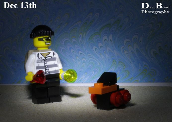 After taking the jewels the burglar decided to take Mo's toy. Day 13 of the Lego City Advent calendar.