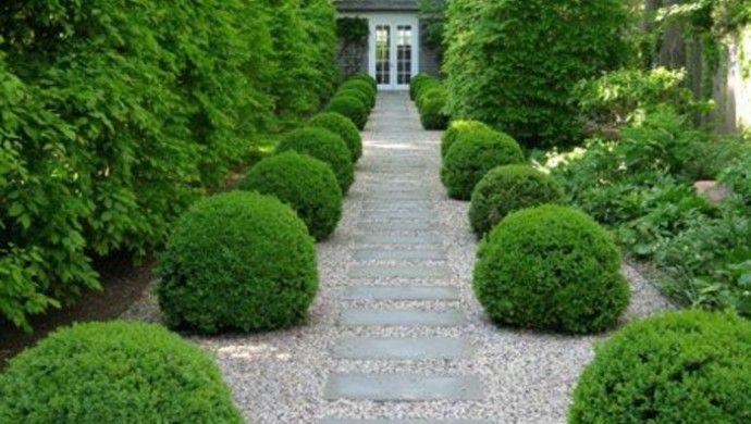 Vorgartengestaltung mit Steinpflaster und Kies Steinweg Hecke
