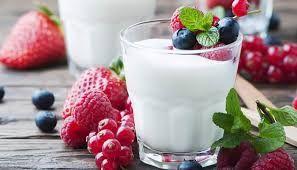 Per fare 1/2 kg di yogurt con la yogurtiera occorre: - 1/2 l di latte (intero o scremato); - 2 cucchiai rasi di yogurt greco naturale. Riscaldate il forno a 50°C per 2 minuti. Portate a bollore il latte a fuoco lento. Spegnere e far raffreddare. Mettere lo yogurt in una ciotola a chiusura ermetica e stemperarlo con 3 cucchiai di latte, amalgamando bene. Ricoprire con i latte restante (NON mescolare!) e chiudere il recipiente. Porre nella yogurtiera. Dopo 8 ore lo yogurt è pronto.