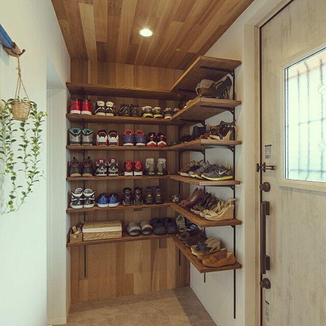 玄関 入り口 板張り天井 板張りの壁 スニーカー収納 見せる収納 など