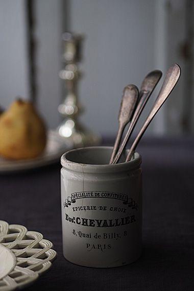 判読性高いフォント porcelain confitures pot そのお店の販促となった事かと 店名 はっきりとウェイト強く 業態と特色 パリの住所といったそれぞれのタイトル文字の視認し易さ すっきりまとまったデザイン 内側底は詰まっていたジャムをスプーンで掬い易