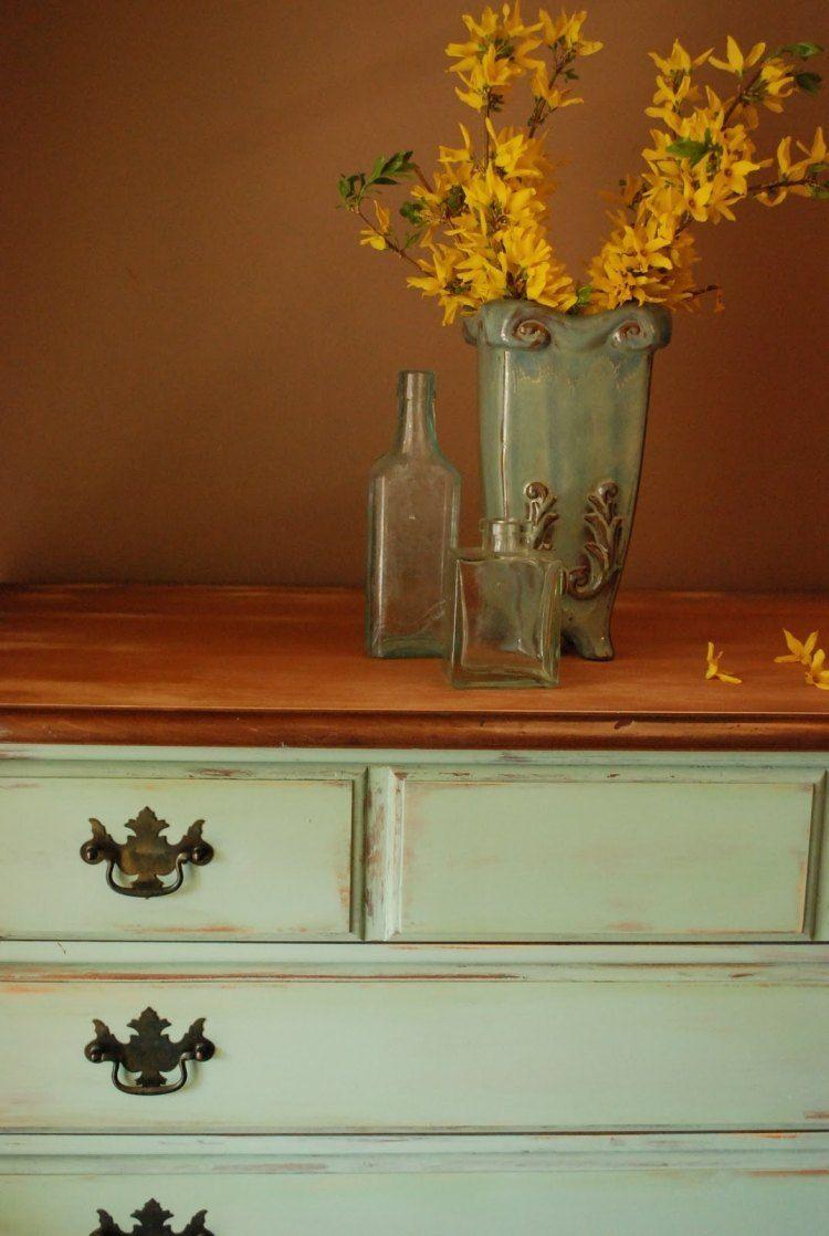 meubles vintage: commode à effet vieilli avec poignées métalliques