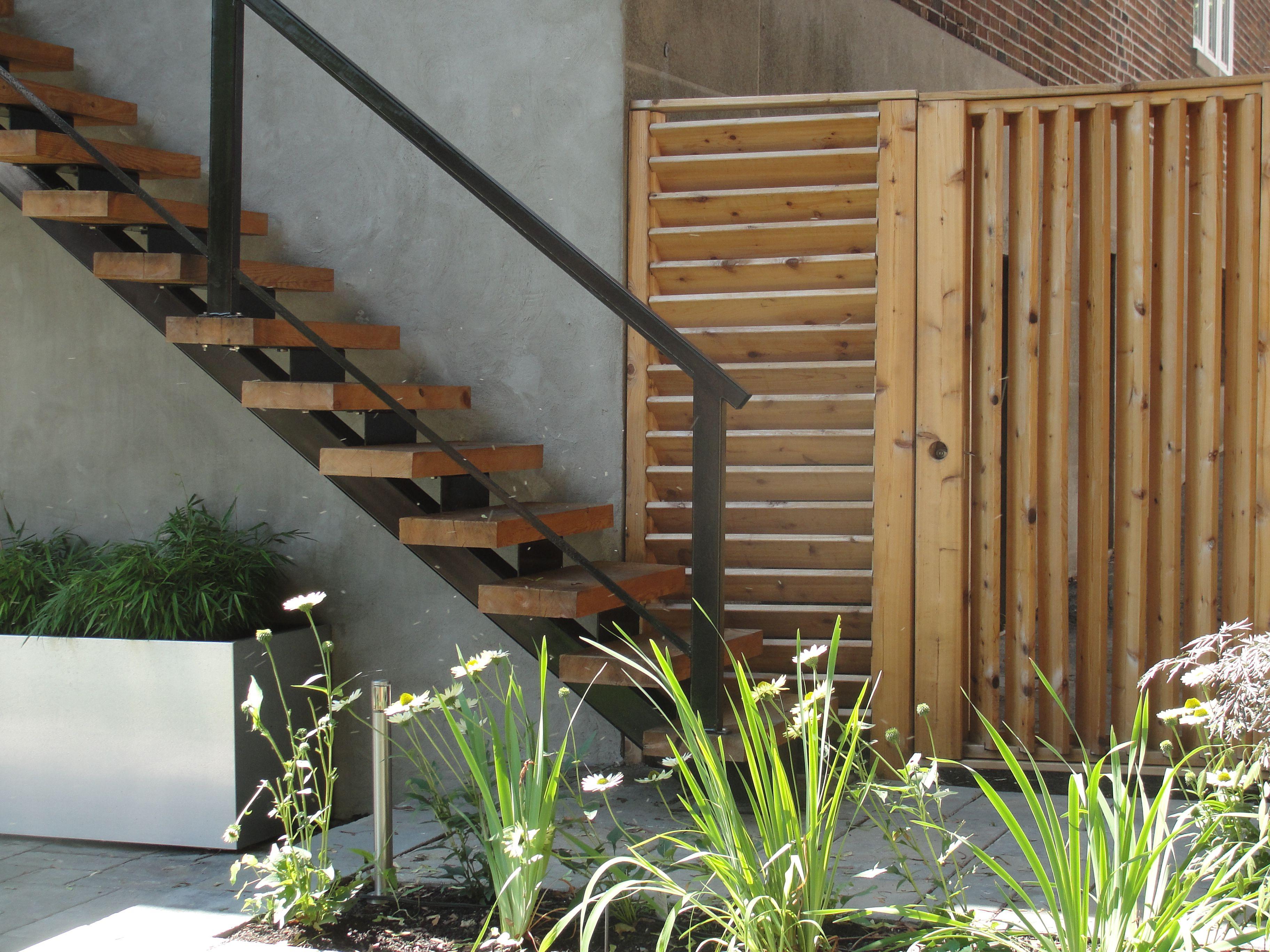 Am nagement paysager escalier moderne en bois cl ture en for Escalier paysager