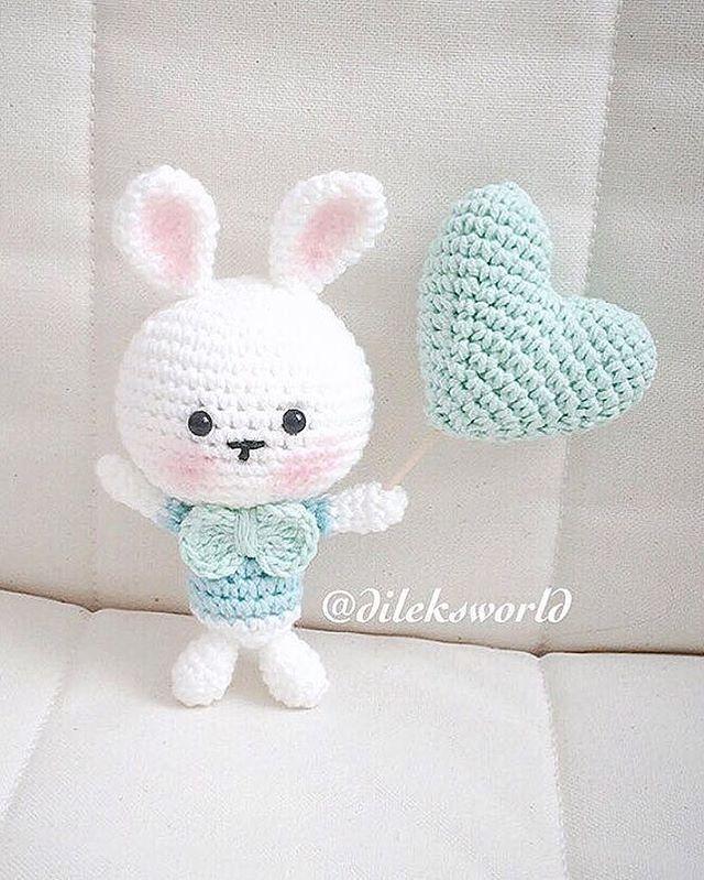 Cute amigurumi bunny with crochet heart. Great for Easter. By tinygurumi. (Inspiration).