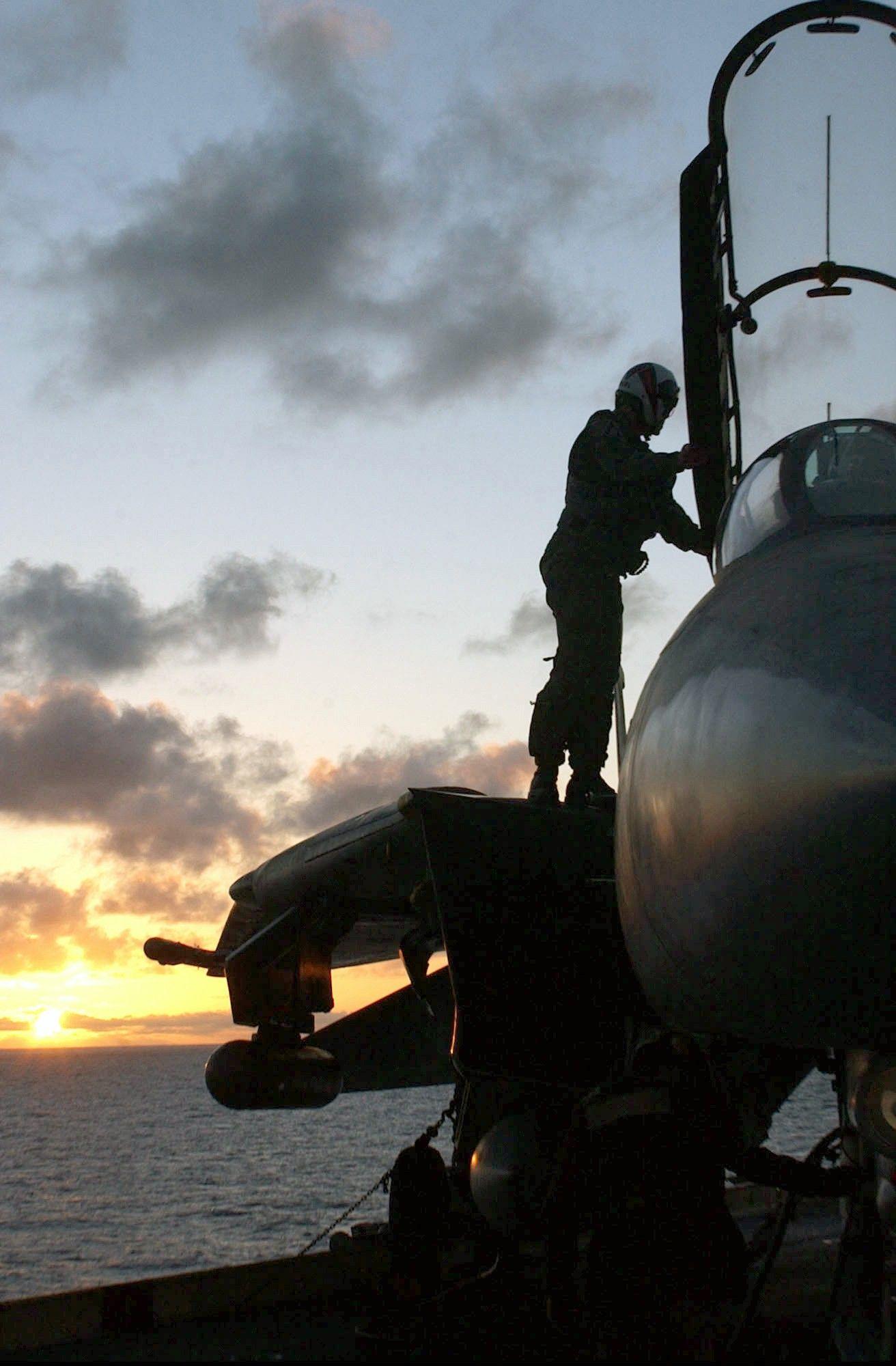 戦闘機 Equipo De Aviacion En El Portaaviones の画像 投稿者