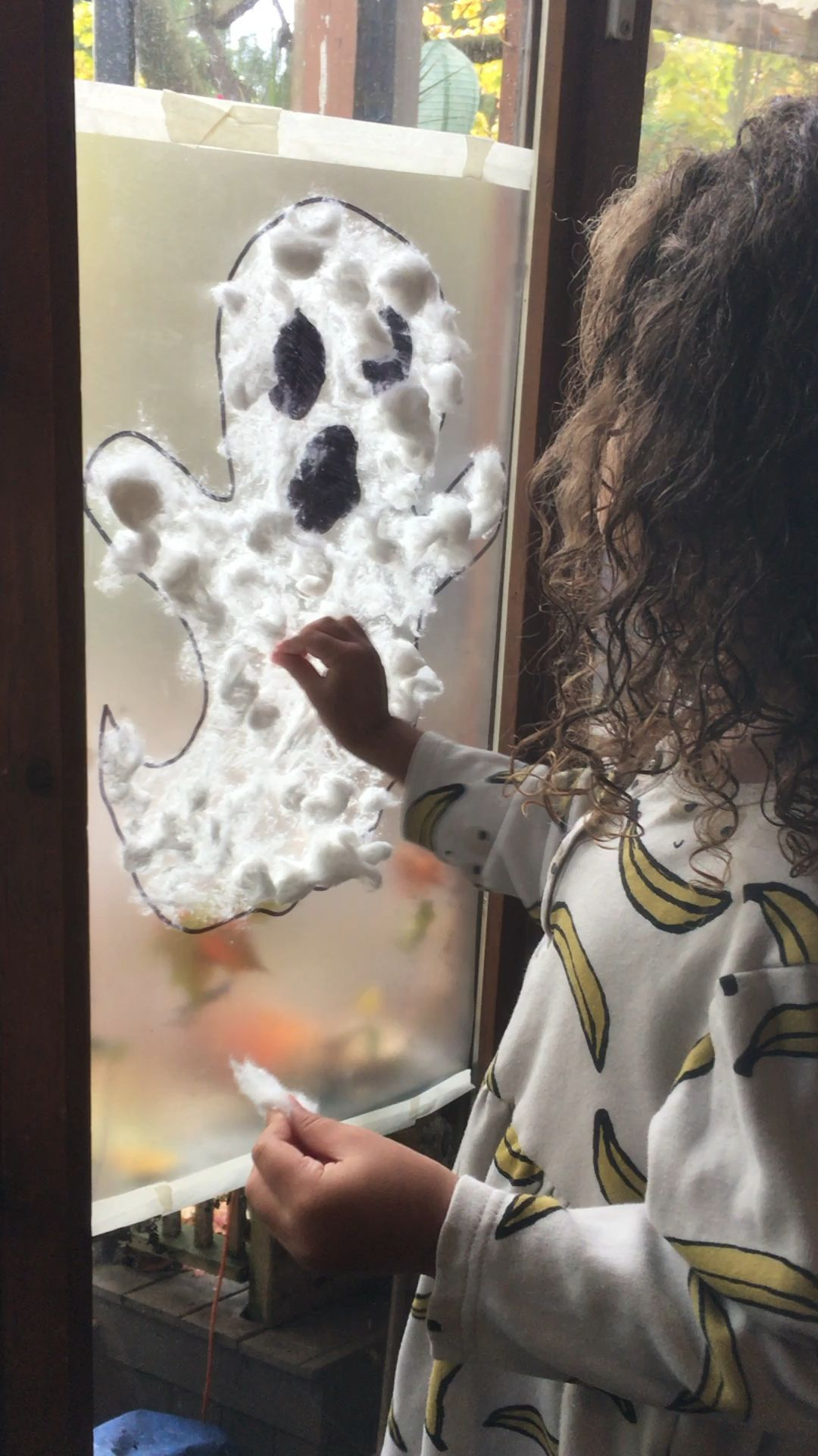 Ghost Sticky Wall Here is a fun and easy Halloween activity using contact paper. Ghost Sticky Wall is fun for toddlers, preschoolers and big kids! #fallcraftsforkidspreschool
