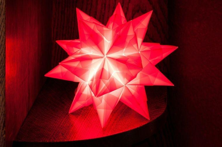 Abat-jour origami est facile à fabriquer soi- même ou à acheter. Le papier plié n'est pas cher et la variété de formes sur le marché est immense