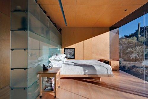 Modernes Schlafzimmer Mit Großer Verglasung Nach Außen, Trennwand Mit  Glasregalen Hinterm Bett Und Eingebautem Kleiderschrank Mit Holzverkleidung