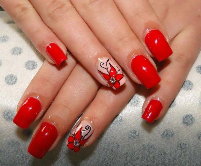 ongles en gel en rouge vermillon à motifs floraux avec strass