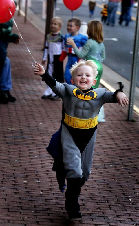 Be still my heart - little kids in superhero costumes are literally the cutest thing ever.