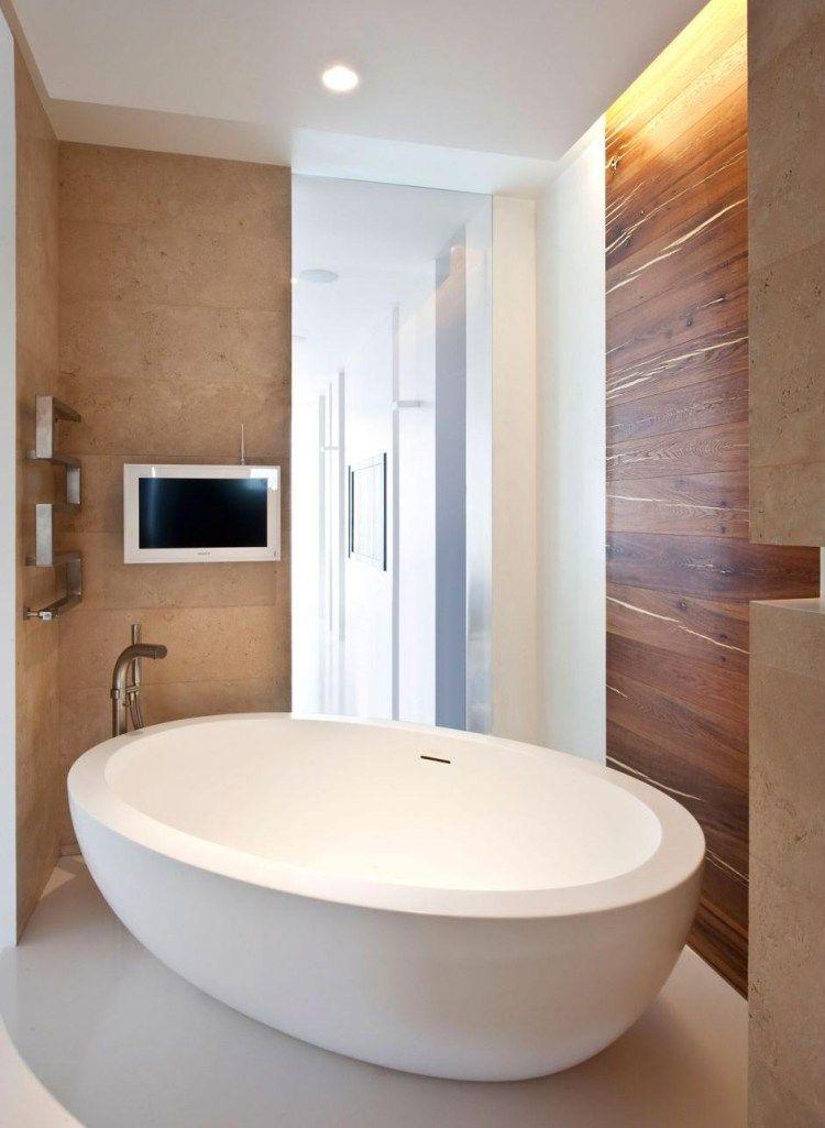 Freistehende Badewanne Holz Wandverkleidung Indirekte Deckenbeleuchtung