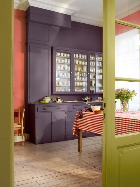 Rather than paint large areas in a single bold colour, use several contrasting colours to create a bold 3D effect. Choose a combination of light and dark colours and let the lighter colours enhance darker details and highlight features and trim