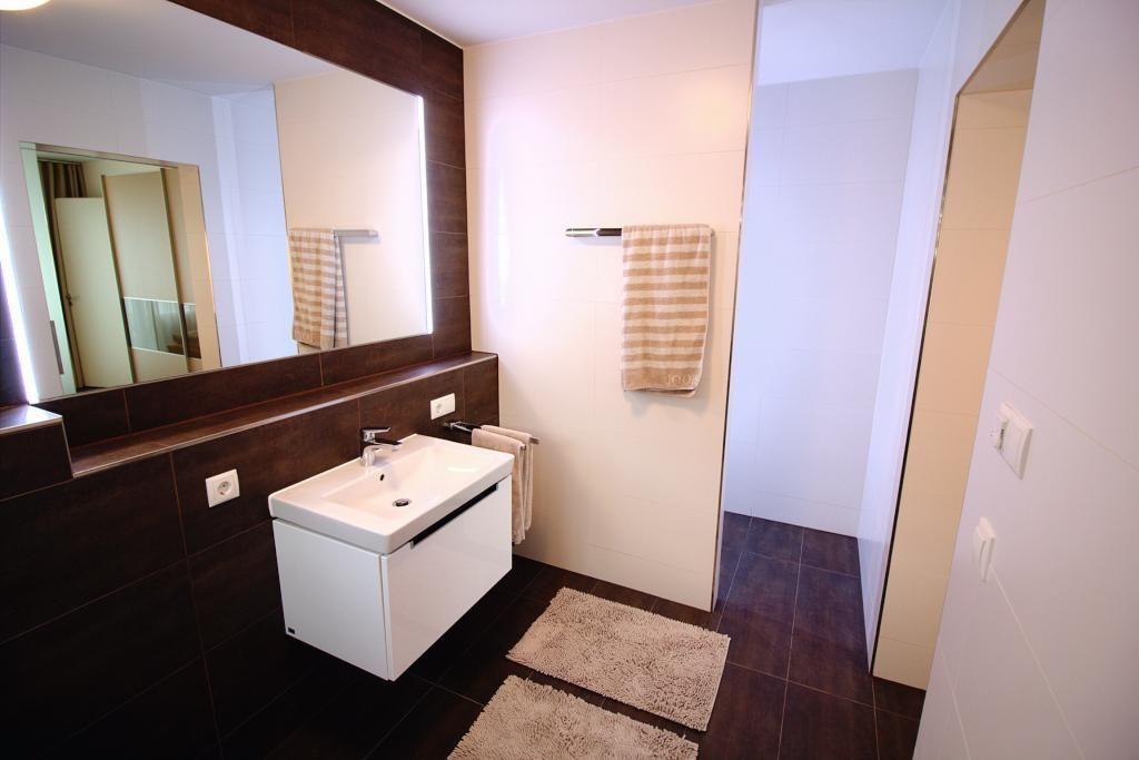 Geräumiges Badezimmer In Dunklen Brauntönen Wohnung In München