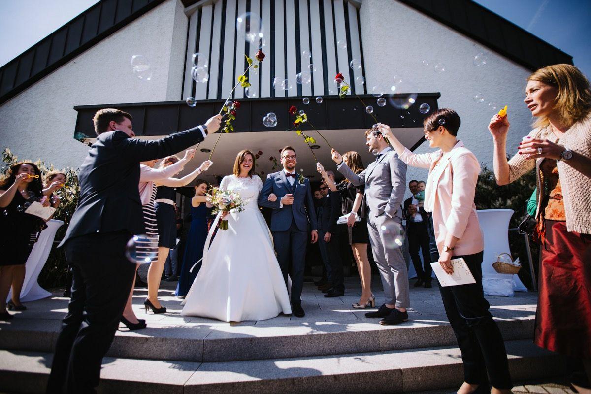 Sonnenschien Seifenblasen Und Rosen Was Brauch Man Mehr Beim Auszug Aus Der Kirche Hochzeitsinspirationen Hochzeitsfotograf Hochzeit