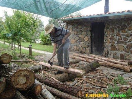 Descrição explicativa da forma como foi construída uma cabana de troncos.