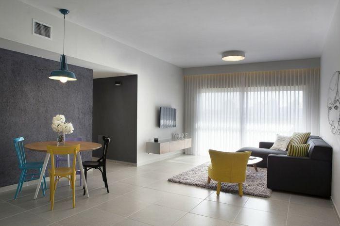 Wohnzimmer Mit Hellen Bodenfliesen, Runder Esstisch Aus Holz, 3 Stuhl Set,  Schwarze Eckcouch. Minimalist ...