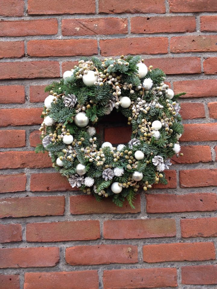 White Decoratie 3 Types Of Green For A Winter Christmas Wreath Witte Decoratie Dadeltakken En 2 Soorten Groen Voor Ee Kerstkrans Kerstkransen Kerstversiering