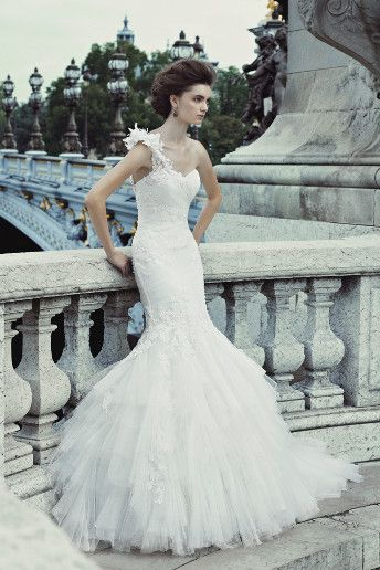 ebd5cc6e5af Enzoani Mermaid-style wedding dresses are perfect for showing off your  figure. This fabulous design by Enzoani nips