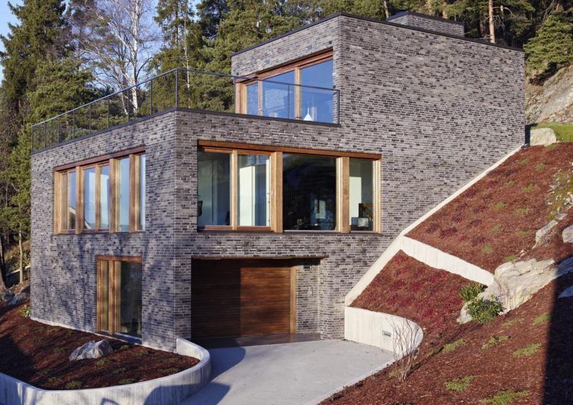 LURT VALG: Fasade i teglstein ble valgt av av to grunner: Den er like vakker å se på, som den er vedlikeholdsfri. Materialvalg blir ekstra viktig når tomten utfordrer tilgjengeligheten. Mursteinstypen i fasaden heter Pettersen D55.