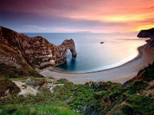 Playa solitaria al amanecer